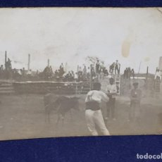 Fotografía antigua: FOTOGRAFIA BLANCO NEGRO TOROS CORRIDA BANDERILLAS PUEBLO FIESTA AGOSTO 1926 10 X 7 CM. Lote 101068295