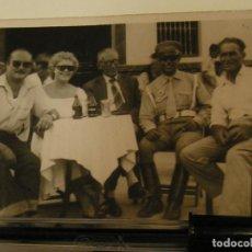 Fotografía antigua: ANTIGUA FOTO FOTOGRAFIA TOMANDO CERVEZA AGUILA (17). Lote 101228083