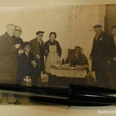 Fotografía antigua: ANTIGUA FOTO FOTOGRAFIA TOMANDO CERVEZA AGUILA (17). Lote 101228207