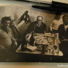 Fotografía antigua: ANTIGUA FOTO FOTOGRAFIA COMIENDO PAELLA Y TOMANDO CERVEZA AGUILA (17). Lote 101228387