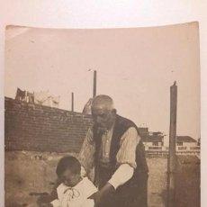 Fotografia antica: NIÑO MONTADO EN BICICLETA CON SU ABUELO. TRICICLO. FINALES AÑOS 20. BARCELONA. 9 X 14 CM.. Lote 106080535