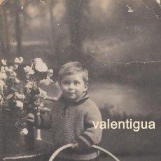 Fotografía antigua: ANTIGUA FOTO TARJETA POSTAL NIÑO CON ARO. FOTÓGRAFO J. ALONSO, RONDA SAN PABLO BARCELONA. AÑOS 10-20. Lote 106555895