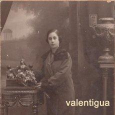Fotografía antigua: BONITA FOTO TARJETA POSTAL. MUJER JOVEN DE PIE. JOSÉ ALONSO, SALÓN SAN JUAN 133, BARCELONA. AÑOS 20.. Lote 106556247