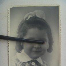 Fotografía antigua: BONITO RETRATO DE NIÑA CON LAZO. AÑOS 40. Lote 106570603