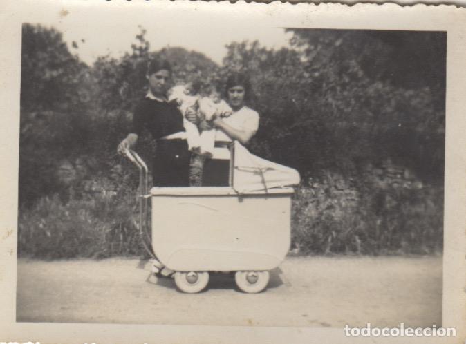 FOTOGRAFIA DE MADRE CON NIÑO COCHECITO AÑOS 50 (Fotografía Antigua - Tarjeta Postal)