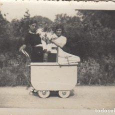 Fotografía antigua: FOTOGRAFIA DE MADRE CON NIÑO COCHECITO AÑOS 50. Lote 107018175