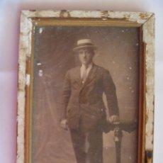 Fotografía antigua: FOTO DE ESTUDIO DE SEÑOR CON SOMBRERO CANOTIER . EN SU MARCO ORIGINAL. AÑOS 20. Lote 107182859
