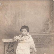 Fotografía antigua: PRECIOSA FOTO TARJETA POSTAL. NIÑA PEQUEÑA CON ANTIGUO VESTIDO FALLERA VALENCIANA 1900-10 ANÓNIMA CC. Lote 107219667