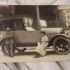 Fotografía antigua: ANTIGUA FOTOGRAFÍA POSTAL. JUNTO AL COCHE. ANTIGUO.. Lote 107288167