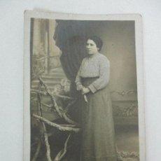 Fotografía antigua: TARJETA POSTAL - FOTO ESTUDIO - SEÑORA - FOTÓGRAFO E. CASAS, LA BISBAL. Lote 107953931