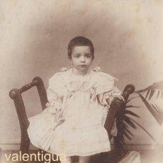 Fotografía antigua: BONITA FOTOGRAFÍA, TARJETA POSTAL. NIÑA CON ABANICO. FOTÓGRAFO J. ROVIRA, BARCELONA. 1900-10 CC. Lote 107987583