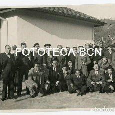 Fotografía antigua: FOTO ORIGINAL GRUPO DE PERSONAS FABRICA NESTLE LA PENILLA SANTA MARIA DE CAYON SANTANDER AÑO 1935. Lote 109002355