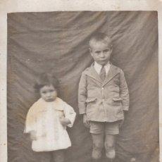 Fotografía antigua: BONITA FOTOGRAFÍA. TARJETA POSTAL. PAREJA DE PEQUEÑOS HERMANOS. AÑOS 20. CC. Lote 109015791