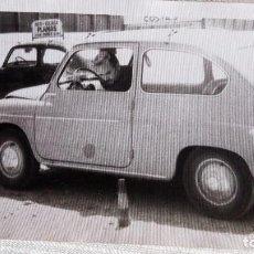 Fotografía antigua: FOTOGRAFIA EXAMEN CARNET CONDUCIR CON COCHE SEAT 600 AUTO-ESCUELA- FOTO AÑOS 60 - 14 CM X 9 CM. Lote 109463867