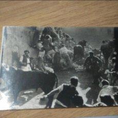 Fotografía antigua: ANTIGUA FOTOGRAFIA DE ENCIERRO DE TOROS, SAN FERMIN?, SELLO DE FOTOGRAFO ATRAS. Lote 110003959
