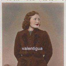 Fotografía antigua: BONITA TARJETA POSTAL COLOREADA. RETRATO DE JOVEN MUJER. AÑOS 40.. Lote 110016579