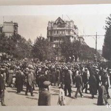 Fotografía antigua: BARCELONA. AÑOS 20. ORIGINAL. DESPARECIDO PALACE HOTEL, DELANTE MONUMENTO RAFAEL DE CASANOVA.. Lote 110085859