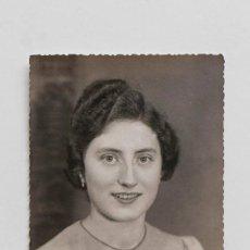 Fotografía antigua: RETRATO DE ESTUDIO MUJER JOVEN 1940S. Lote 110708007