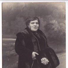 Fotografía antigua: FOTO POSTAL DE SEÑORA. ESTUDIO YO. PUERTA DEL SOL. MADRID. ESCRITA Y CIRCULADA. AÑO 1915.. Lote 111420855