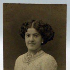 Fotografía antigua: FOTO POSTAL DAMA POSANDO PEINADO REYMUNDO Y CÍA CÁDIZ ESCRITA 1910. Lote 111593667