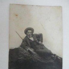 Fotografía antigua: BONITA POSTAL FOTOGRÁFICA - FOTÓGRAFO J. CARRERAS Y OLIVER, BARCELONA - JOVEN, GALANTE. Lote 111696407