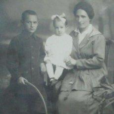 Fotografía antigua: POSTAL FOTOGRÁFICA - FOTÓGRAFO R. ROCA, BARCELONA, MOLLERUSA - FOTO ESTUDIO - NIÑO CON RUEDA - 1920. Lote 111698267