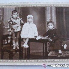 Fotografia antica: FOTO DE ESTUDIO DE TRES HERMANOS DE PP. DE SIUGLO, UNO DE MARINERITO . DE GONZALVEZ , ELCHE. Lote 111835111