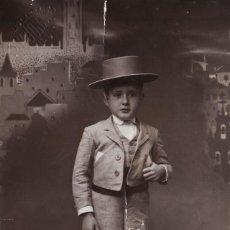 Fotografía antigua: PRECIOSA FOTO TARJETA POSTAL. NIÑO CON TRAJE TÍPICO SEVILLANO. ARJONA, SEVILLA. AÑO 1936.. Lote 112217855