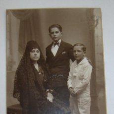 Fotografía antigua: (TC-108) TARJETA POSTAL FOTOGRAFIAS DE MADRE Y DOS HIJOS PHOTO RAPHAEL BARCELONA. Lote 112383951