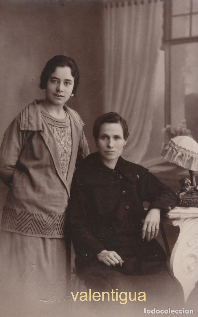 FANTÁSTICA FOTO TARJETA POSTAL. DOS MUJERES PEDRO MENCHÓN SUCESOR RODRIGO, LORCA MURCIA AÑOS 10-20 (Fotografía Antigua - Tarjeta Postal)