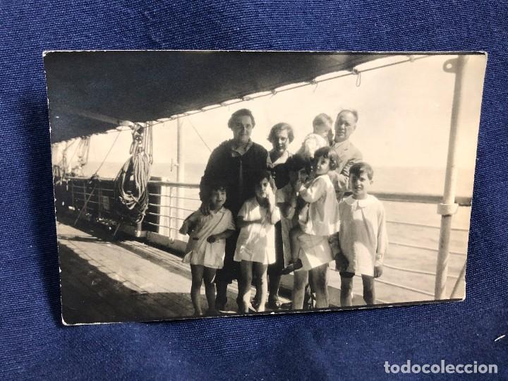 POST CARD BLANCO NEGRO FAMILIA BARCO MAR CANTABRICO MEDIADOS S XX (Fotografía Antigua - Tarjeta Postal)