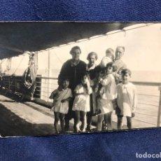 Fotografía antigua: POST CARD BLANCO NEGRO FAMILIA BARCO MAR CANTABRICO MEDIADOS S XX. Lote 113158503