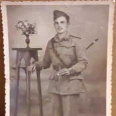 Fotografía antigua: FOTO POSTAL SOLDADO DE MELILLA / ESCRITA EN 1949 / DOBLEZ EN PARTE INFERIOR. 8.5 X 12.5 CM.. Lote 115399863
