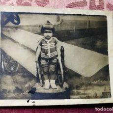 Fotografía antigua: ANTIGUA FOTOGRAFÍA POSTAL. NIÑA JUNTO A AVIONETA. FOTO ARTÍSTICA.. Lote 115871851