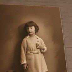 Fotografía antigua: NIÑA CON OSITO TEDDY. AÑOS 30. 13,8 X 8,8 CM. INFORMACIÓN Y 2 FOTOS.-. Lote 116168407
