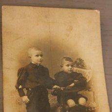 Fotografía antigua: DOS HERMANOS EN BUTACA MODERNISTA. AÑOS 30. 14 X 9 CM. INFORMACIÓN Y 2 FOTOS.-. Lote 116170343
