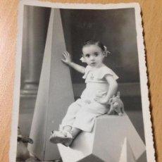 Fotografía antigua: ANTIGUA FOTOGRAFIA TARJETA POSTAL NIÑA JUGUETES PELUCHES CARLOS ORTEGA MURCIA 1936. Lote 116199187
