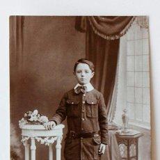 Fotografía antigua: RETRATO DE JOVENCITO EN UNA FOTO DE ESTUDIO. Lote 116684379