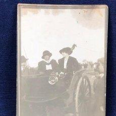 Fotografía antigua: FOTOGRAFÍA POSTAL COCHE DE CABALLOS CON MUJERES DE ALTA SOCIEDAD CAMPO CAZA HÍPICA PPIO S XX. Lote 117202987