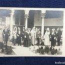 Fotografía antigua: FOTOGRAFÍA POSTAL PATIO SEVILLA MANDATARIOS PERSONALIDADES IGLESIA MILITAR PPIO SXX. Lote 117203811
