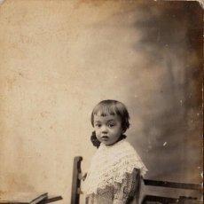 Fotografía antigua: PRECIOSA FOTOGRAFÍA TARJETA POSTAL. PEQUEÑA NIÑA EN UNA SILLA. FRANCISCO AMER, BARCELONA. AÑOS 10-20. Lote 117747439
