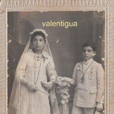 Fotografía antigua: FANTÁSTICA FOTOGRAFÍA TARJETA POSTAL. NIÑOS VESTIDOS DE COMUNIÓN. J. DERREY, VALENCIA. 1919.. Lote 118738215