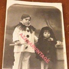 Fotografía antigua: HUELVA, NIÑO VESTIDO DE ARLEQUIN Y NIÑA DE MANTILLA, FOT.GOMEZ Y ALLOZA. Lote 118837299