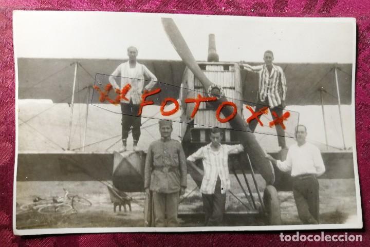 ANTIGUA FOTOGRAFÍA POSTAL. AVIÓN O HIDROAVIÓN. MILITAR.SOLDADO Y COMPAÑEROS. AÑOS 20/30. (Fotografía Antigua - Tarjeta Postal)