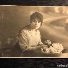 Fotografía antigua: JOVEN MUCHACHA CON FLORES POSANDO YRUELA FOTOGRAFO FUENCARRAL MADRID PPIO S XX . Lote 121012723