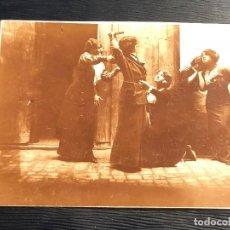 Fotografía antigua: MUJERES PELEANDOSE SIMULANDO PELEA CALLEJERA POSANDO POSE TEATRO DRAMA . Lote 121013147