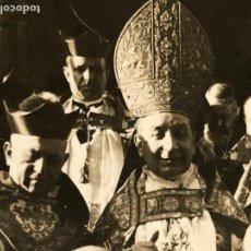 Fotografía antigua: CLERIGO TIARA ARZOBISPO VALENCIA PRUDENCIO MELO Y ALCALDE SALIDA EDIFICIO PUBLICO PPIO S XX. Lote 121173731