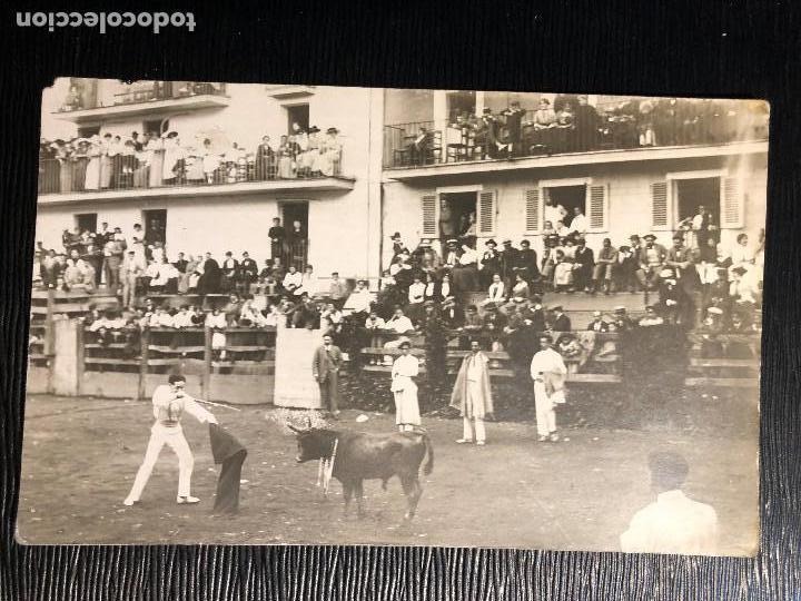 CORRIDA TOROS EN UN PUEBLO ENCIERRO MATADOR PUBLICO EN CASAS PPIO S XX VER FOTOS (Fotografía Antigua - Tarjeta Postal)