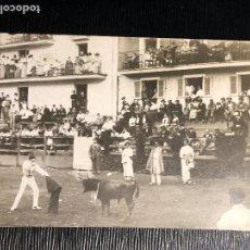 Fotografía antigua: CORRIDA TOROS EN UN PUEBLO ENCIERRO MATADOR PUBLICO EN CASAS PPIO S XX VER FOTOS. Lote 121174919