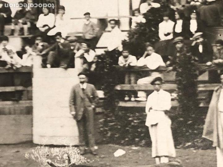 Fotografía antigua: CORRIDA toros EN UN PUEBLO ENCIERRO MATADOR PUBLICO EN CASAS PPIO S XX VER FOTOS - Foto 4 - 121174919